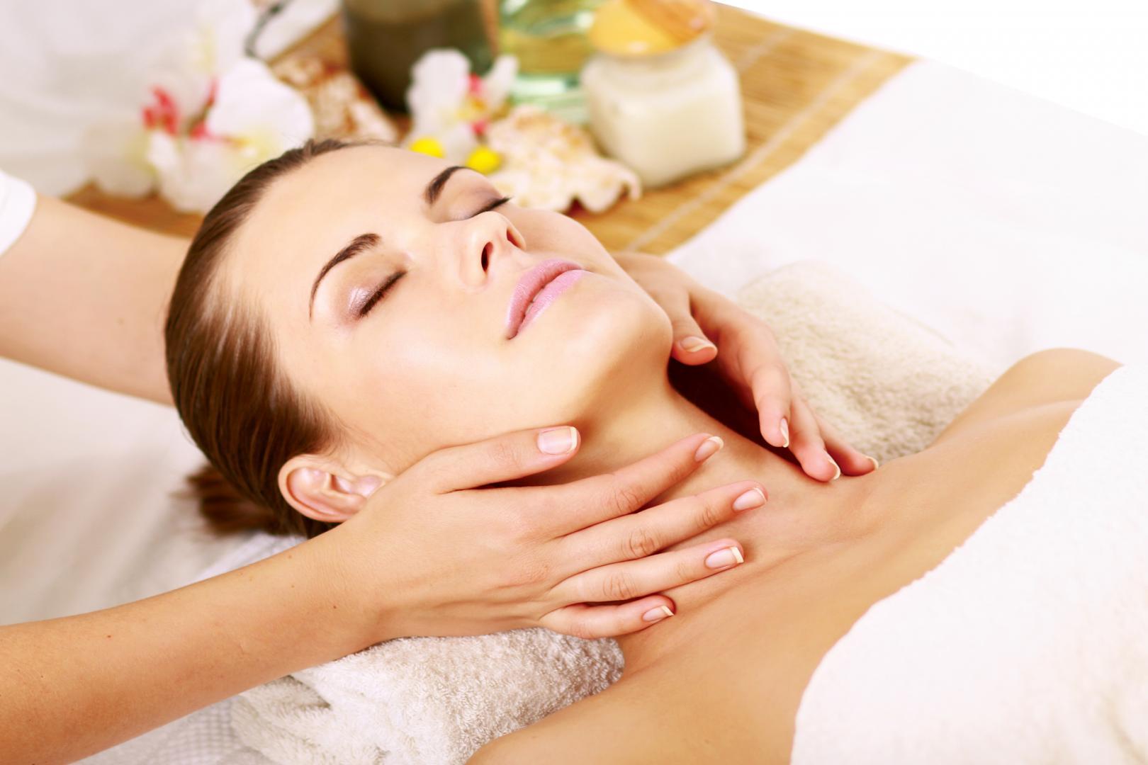 Massage da cổ có tác dụng lưu thông mạch máu, giảm nếp nhăn
