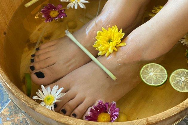 Ngâm chân với các loại thảo dược trị nứt da gót chân hiệu quả và an toàn