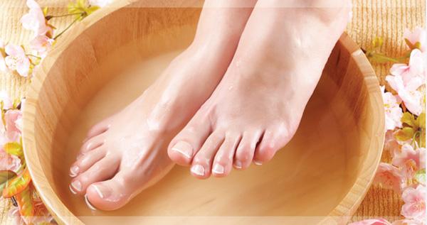 Ngâm chân với nước ấm làm mềm những lớp da khô ở lòng bàn chân