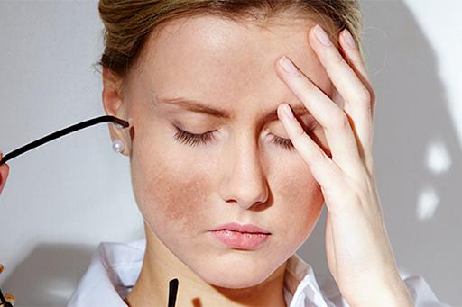Da bị nám tàn nhang có rất nhiều nguyên nhân gây ra.