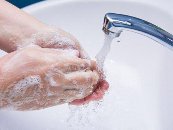Mọi người cần phải rửa sạch tay trước khi bắt đầu rửa mặt