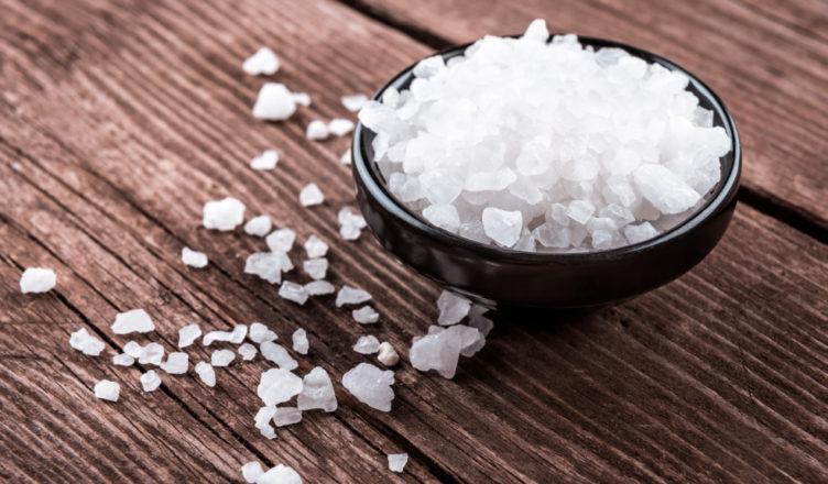 Thêm một chút muối vào cháo yến mạch nếu bạn mới làm quen món ăn này