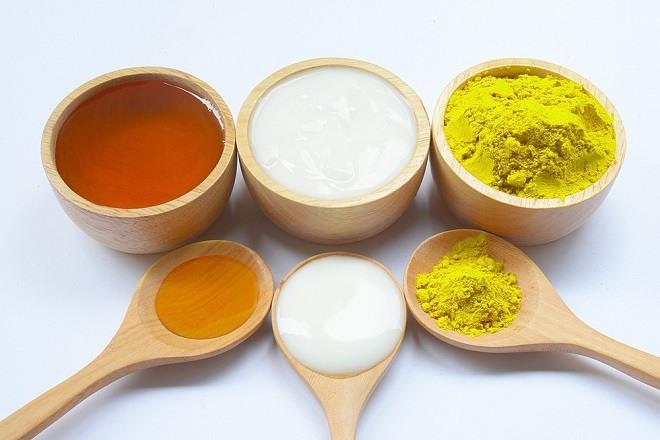 Sữa chua và nghệ đem lại hiệu quả làm trắng da, giảm thâm mụn