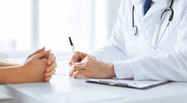 Cần thăm khám cẩn thận và điều trị theo phác đồ bác sĩ khi bị bệnh nặng