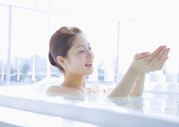 Vệ sinh khô ráo sau khi tắm và tránh lau chùi quá mạnh bằng khăn