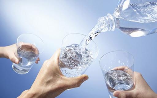 Uống đủ từ 2 - 2,5 lít nước mỗi ngày hoặc nhiều hơn thì càng tốt.
