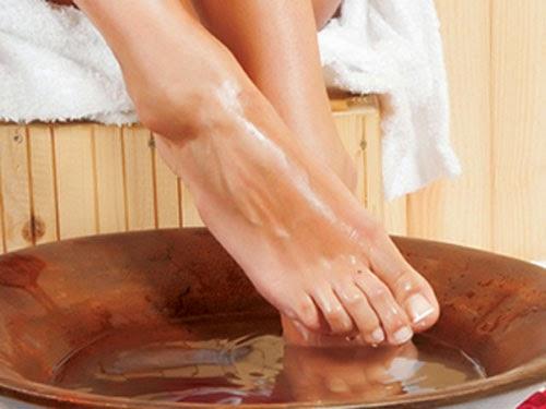 Bụi bẩn, vi khuẩn ở chân nếu không vệ sinh sạch sẽ há hủy, ăn mòn những tế bào mới