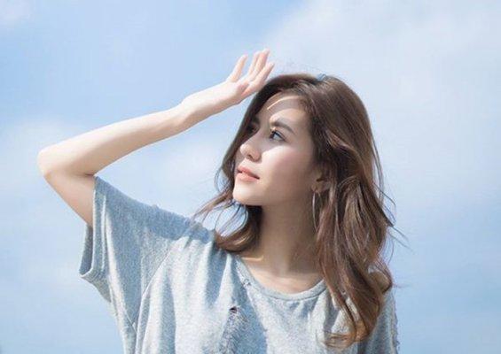 Bạn nên sử dụng quần áo che chắn vùng da bị ảnh hưởng