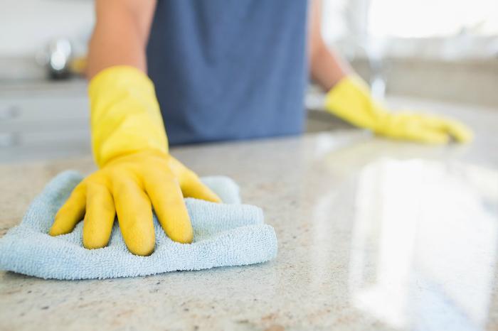 Để chăm sóc da tay tốt hơn mọi người nên đeo găng tay bằng cao su