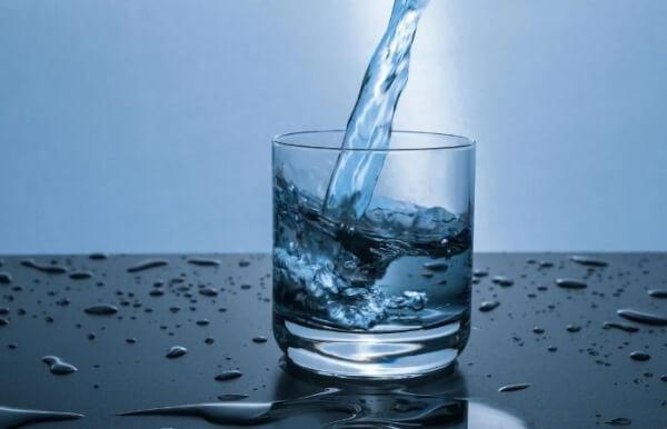 Uống nhiều nước giúp cơ thể giải nhiệt