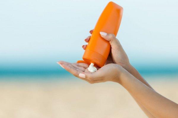 Cách hồi phục lại làn da cổ bị khô đơn giản và cơ bản nhất đó là sử dụng kem chống nắng.