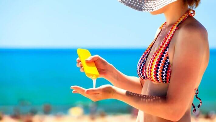 Kem chống nắng sẽ giúp mọi người hạn chế phần nào da bị sạm và đen