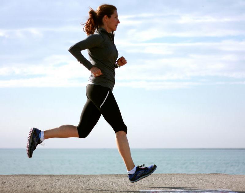 Một bộ trang phục thoải mái, thấm hút mồ hôi và một đôi giày thể thao tốt sẽ giúp việc chạy bộ mỗi ngày của bạn dễ dàng hơn.
