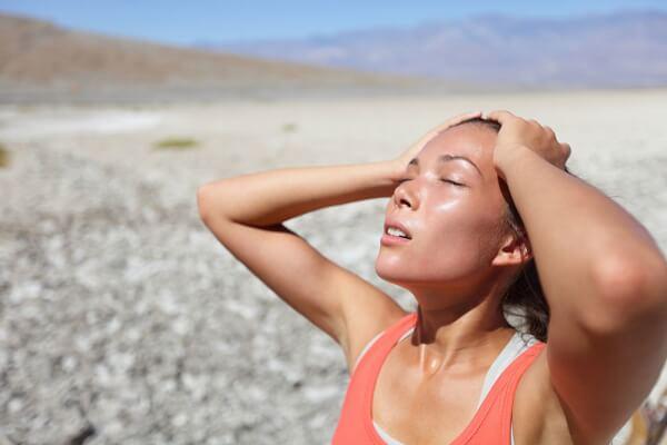 Cơ thể bị mất nước da dẻ sẽ trở nên khô ráp và nứt nẻ