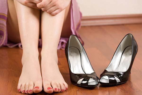 Tuyến mồ hôi hoạt động quá mạnh là 1 trong các nguyên nhân da chân có mùi hôi
