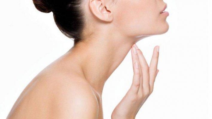 Da cổ bị đứt gãy collagen và elastin khiến vùng da này bị chảy xệ, chùng nhão trông thấy