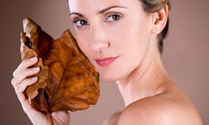 Di truyền là nguyên nhân khá phổ biến khiến da cổ bị nhăn và bạn không thể né tránh được