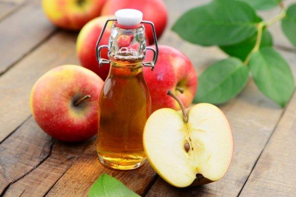 Dấm trắng hoặc dấm táo đắp nhẹ lên vùng da đang bị tổn thương