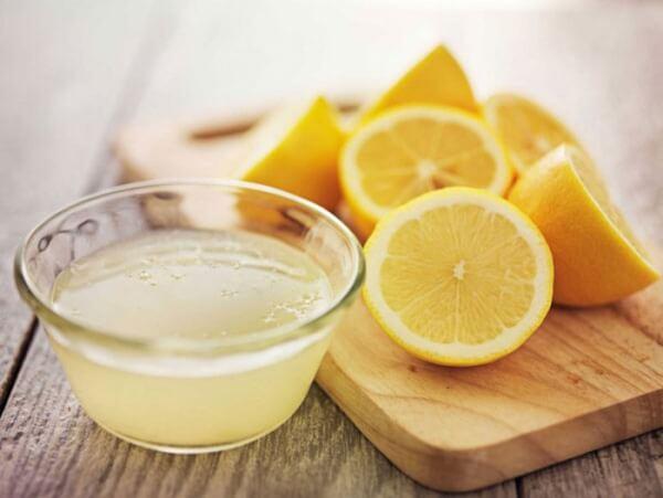 Nước cốt chanh giúp làm sạch tế bào chết trên da