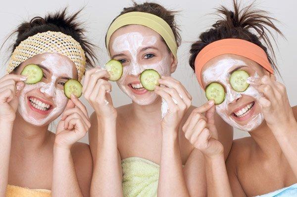 Bôi kem dưỡng ẩm da cổ sẽ giúp da cổ không bị khô, tái tạo lại collagen