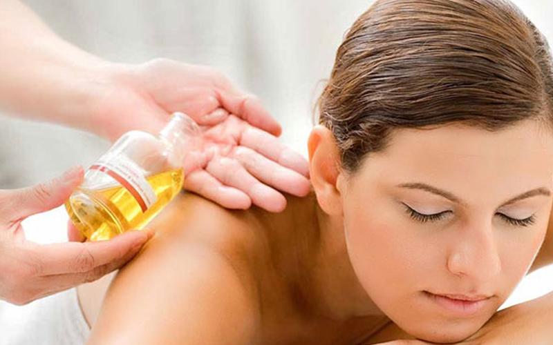 Massage bằng dầu dừa giúp da mềm mại, nên dưỡng thường xuyên da mặt và cả da vùng cổ