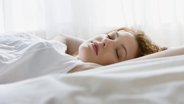 Ngủ ngửa là biện pháp hạn chế da ngực bị nhăn trực tiếp nhất