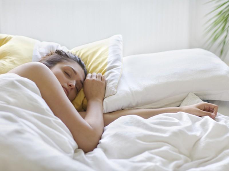 Tư thế ngủ sẽ ảnh hưởng trực tiếp đến da vùng cổ của bạn.