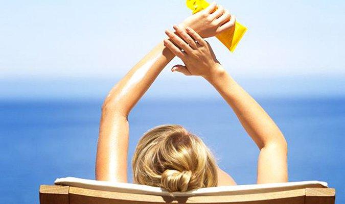 Bạn hãy nhớ thoa kem chống nắng cho vùng cổ trước khi ra ngoài