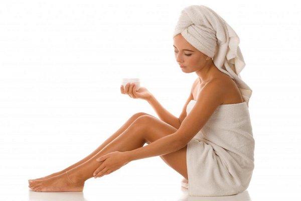 Bạn nên bôi lotion dưỡng ẩm từ bên ngoài để tăng độ ẩm cho da.