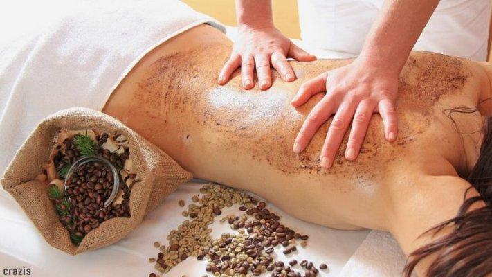 Kết hợp với massage nhẹ nhàng để lấy đi những tế bào chết trên da