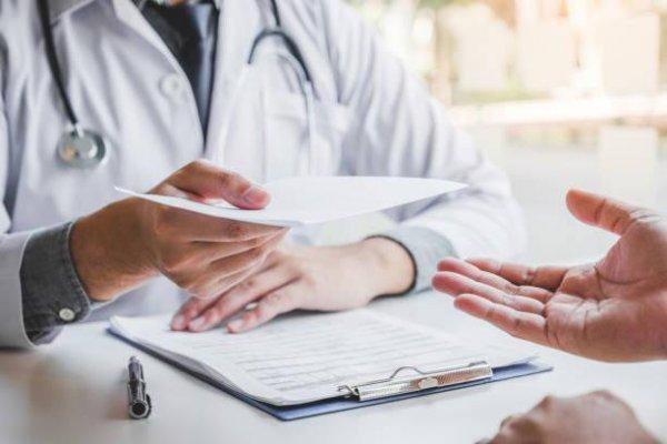 Thăm khám và sử dụng thuốc theo chỉ định của bác sĩ khi có biểu hiện nứt da hậu môn