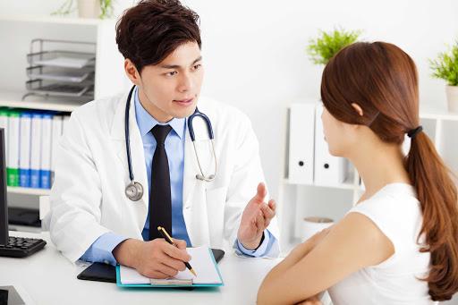 Gặp bác sĩ hoặc tham khảo ý kiến một bác sĩ da liễu