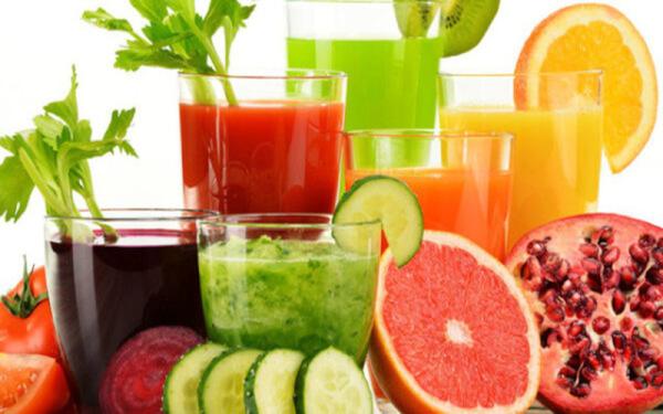 Uống nước ép, nước detox cũng tương tự như việc bạn ăn hoa quả, rau củ