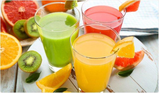 Uống nhiều nước như nước lọc, nước ép hoa quả, sinh tố, nước canh… đem lại lợi ích lớn cho sức khỏe