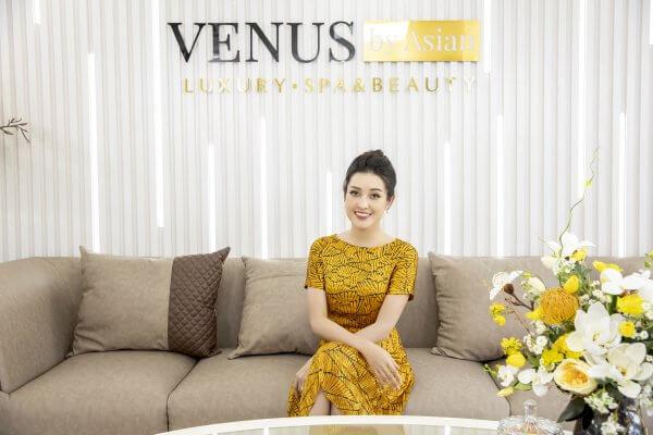 Á hậu Huyền My được đón tiếp chu đáo tại sảnh chờ của Phòng khám Venus by Asian