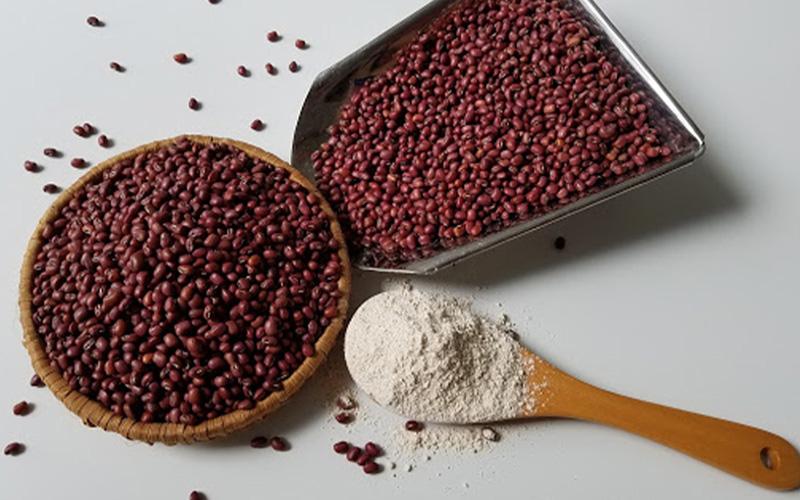 Thực hiện trộn dầu dừa và bột đậu đỏ mới nghiền để tạo nên loại mặt nạ làm đẹp, xóa rạn cho da mịn màng