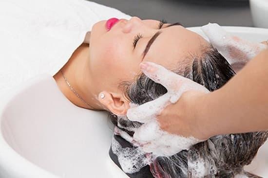 Người có da đầu khô nên chọn các sản phẩm chứa các chất dưỡng ẩm cao