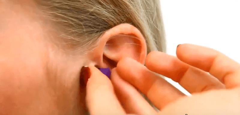Đeo nút tai khi đi bơi để nước không vào tai
