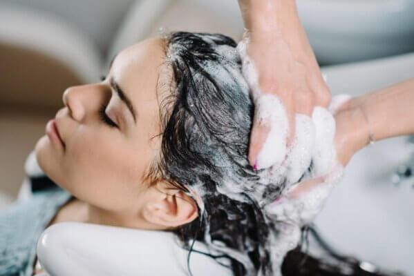 Bạn có thể tìm sử dụng những sản phẩm chăm sóc da đầu đặc trị để điều trị gàu