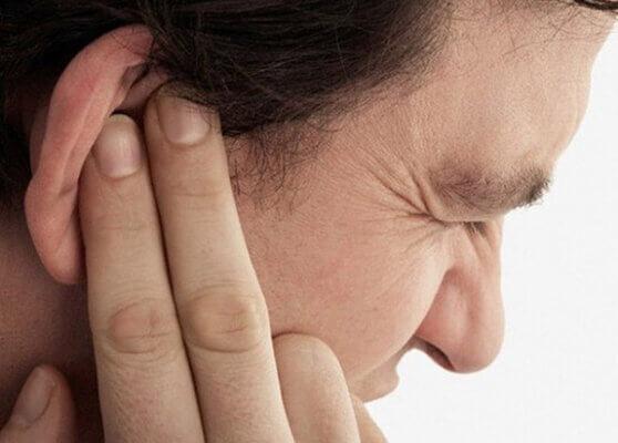 Da vành tai ửng đỏ là một trong những ntriệu chứng da vành tai bị ngứa