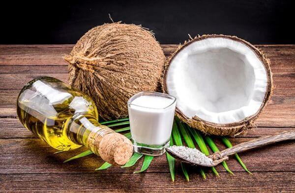 Dầu dừa chứa nhiều dưỡng chất tốt giúp ích cho việc trị rạn da hiệu quả