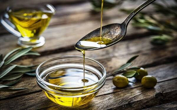Dầu oliu có thể cải thiện vùng da bị rạn, cung cấp chất dinh dưỡng nuôi làn da sáng mịn