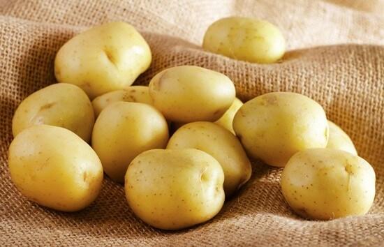 Bên trong khoai tây chứa nhiều hoạt chất chống oxy hóa cho làn da