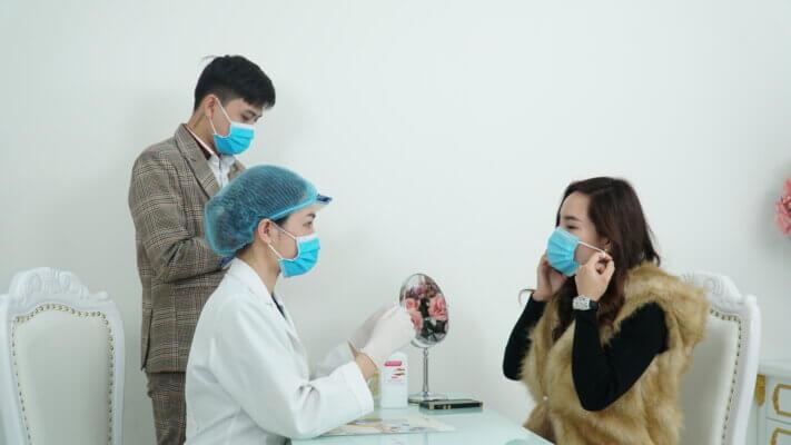 Đón tiếp khách hàng tới tìm hiểu về dịch vụ làm đẹp và chăm sóc sức khỏe bằng quy trình phòng dịch nghiêm ngặt