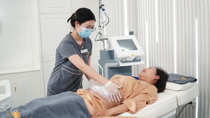 Chị Nguyệt được kỹ thuật viên chăm sóc ngay sau khi điều trị bằng Laser Ultra Pulse Plus