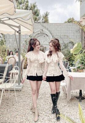Chị Hạnh và chị Hà chụp hình vui vẻ với nhau