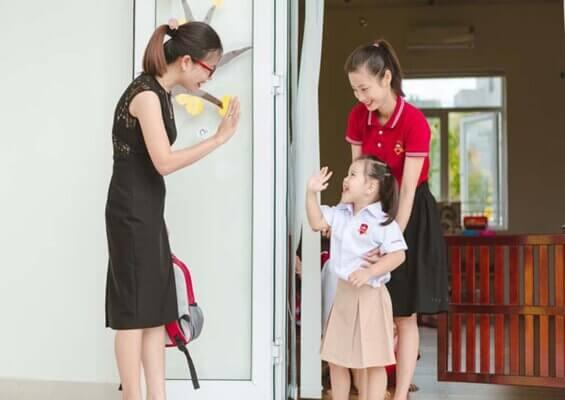 Chị Hiền Mai và chị Hồng gặp nhau ở Hà Nội nhân dịp chị Mai đưa con đi nhập học