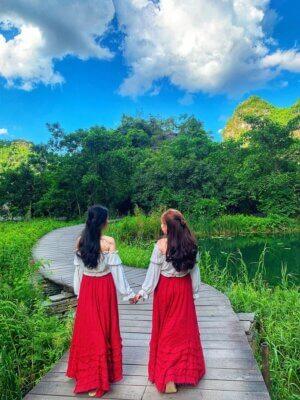 Chị Xuân và chị Hằng chụp ảnh kỷ niệm tại Venus by Aisan tháng 5/2021