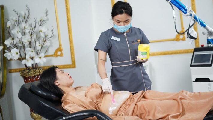 Chị Quỳnh được kỹ thuật viên chăm sóc sau khi đã hoàn thành quá trình trị rạn bằng Laser