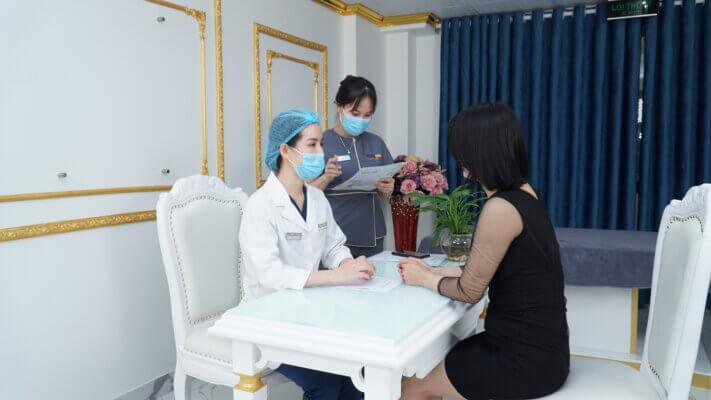 Chị Lý tới thăm khám trị rạn tại Phòng khám Thẩm mỹ Venus by Asian nhờ người bạn trên nhóm mách nước